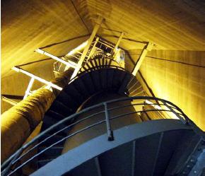 希望して、年に1回程度煙突の上に登らせてもらいます。煙突の中にはエレベーターがあるのです。